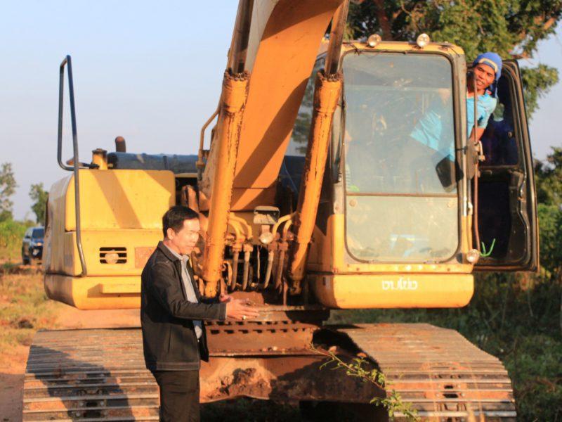 นายกเทศมนตรี  ตรวจงานโครงการก่อสร้างถนนลาดยางแอสฟัลท์คอนกรีต