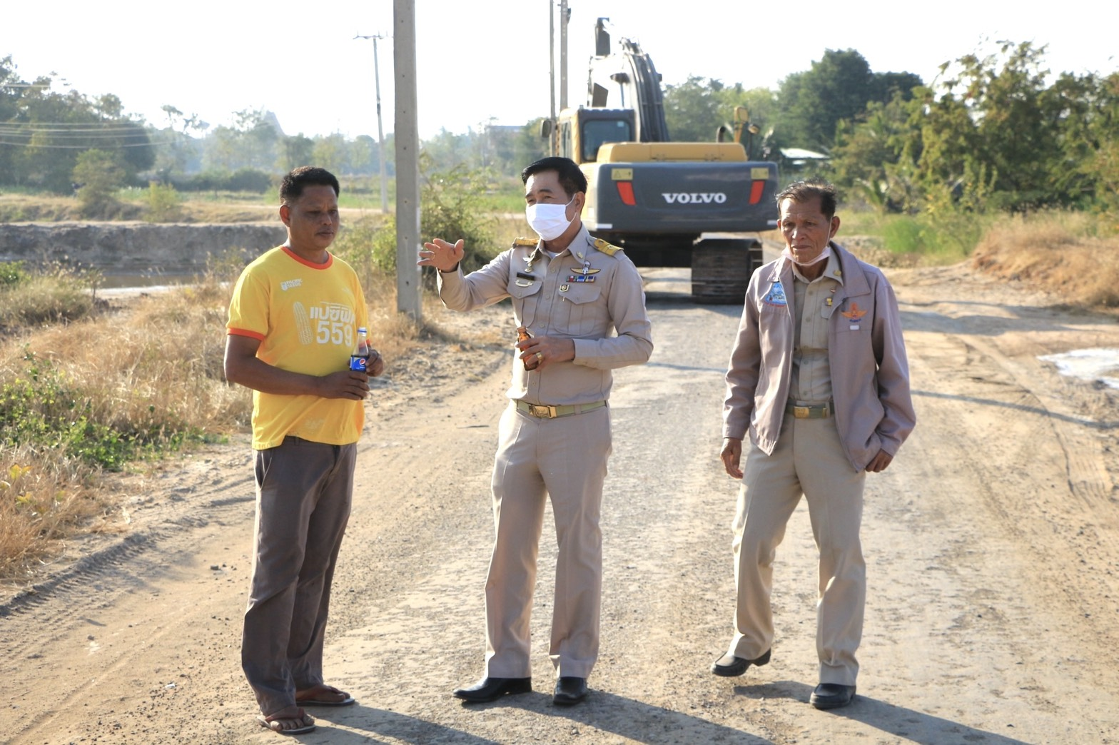 นายกเทศมนตรี และคณะตรวจงานถางป่า/ชี้แจงประชาชนในการดำเนินการโครงการก่อสร้างถนนลาดยาง