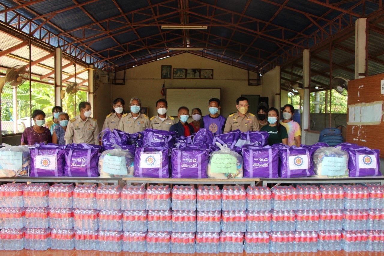 นายกเทศมนตรีตำบลบัลลังก์พร้อมคณะผู้บริหาร และสมาชิกสภา มอบถุงยังชีพแก่ผู้ที่ได้รับผลกระทบจากอุทกภัย รวม 450 ชุด