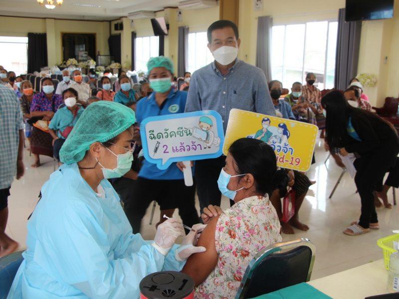 นายกเทศมนตรีตำบลบัลลังก์ ออกบริการรับ-ส่งผู้สูงอายุ 60 ปีขึ้นไป และกลุ่มเป้าหมาย 8 โรคเรื้อรัง ด้วยรถราง เข้ารับบริการฉีดวัคซีนเข็มที่ 2 ณ จุดบริการฯ เทศบาลตำบลบัลลังก์ 269 ราย (รพ.สต.สระตะเฆ่) และจุดบริการฯ รพ.สต.คูเมือง 404 ราย