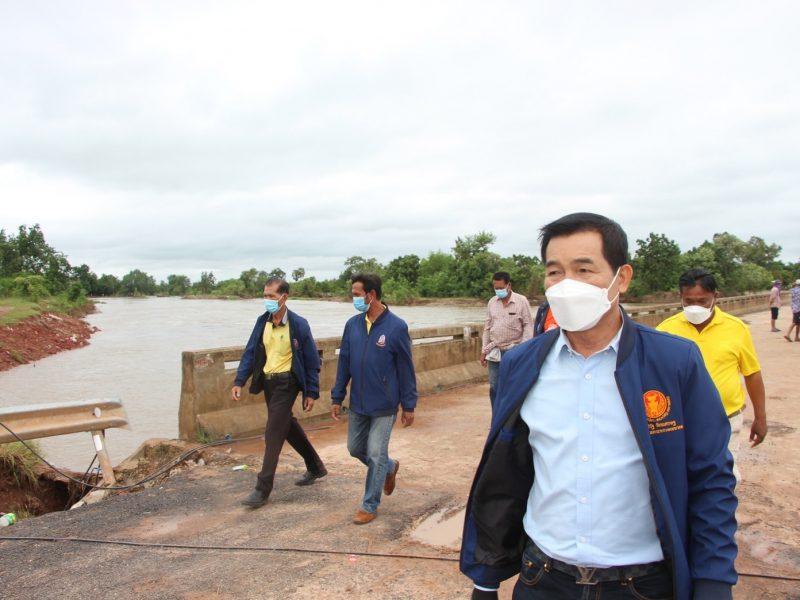 นายกเทศมนตรีตำบลบัลลังก์ พร้อมรองนายกฯ สมาชิกสภา และพนักงาน ติดตามสถานการณ์น้ำและช่วยเหลือประชาชน